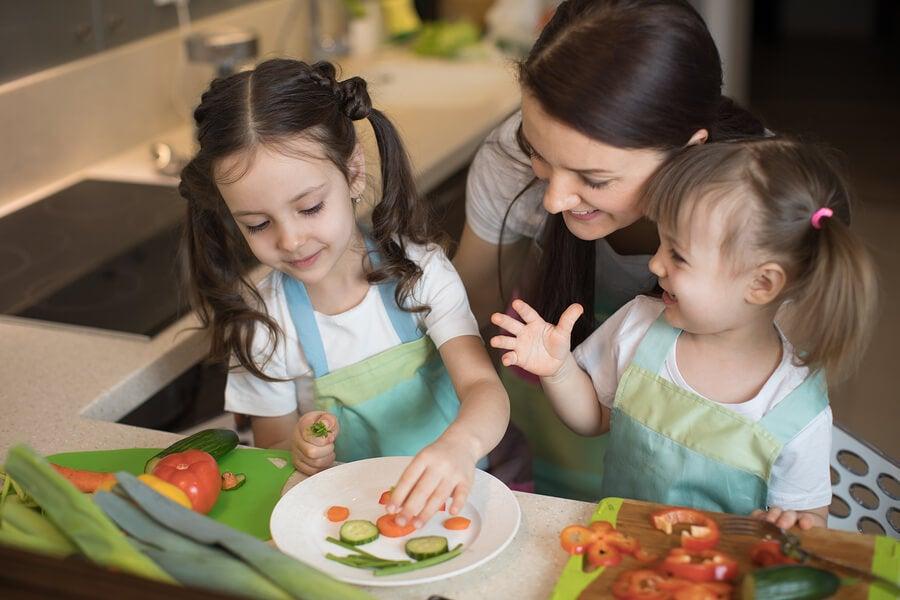 Niñas con mamá en la cocina
