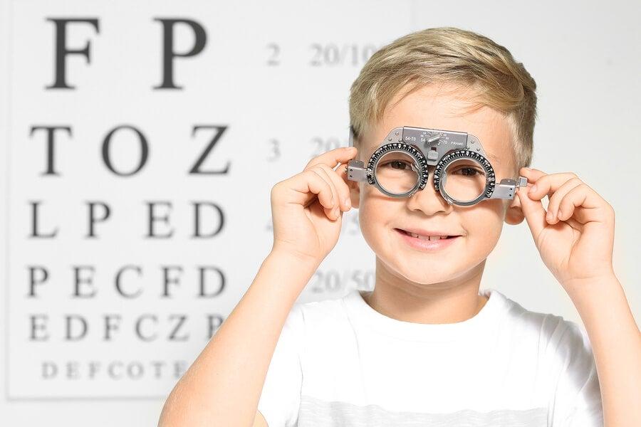 Niño con gafas de oftalmólogo