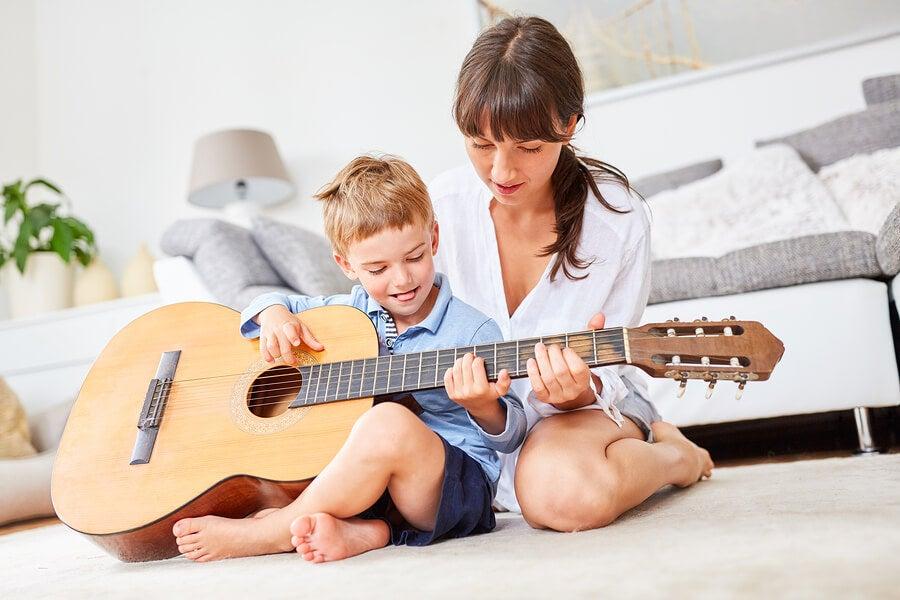 Niño toca guitarra con su madre