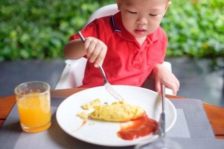 Niño comiendo tortilla