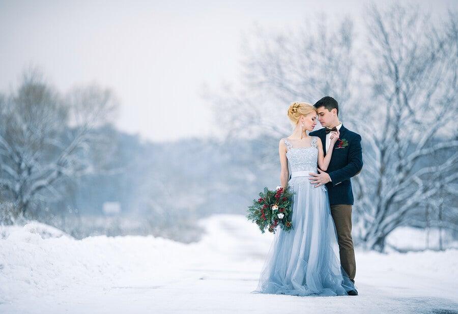 Novios en boda de invierno.