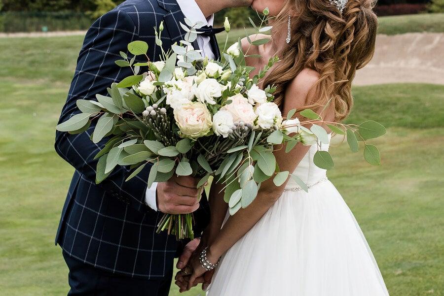 Pareja en boda con ramo