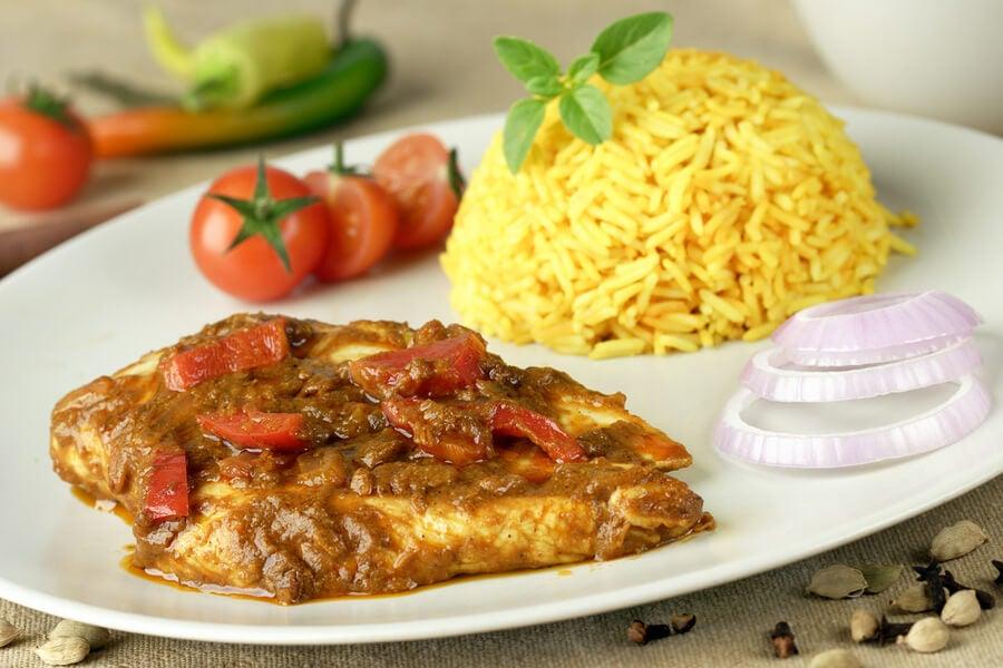 Pollo con salsa curry y arroz