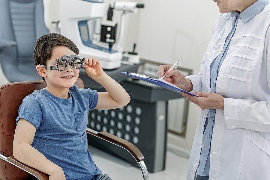 Por qué los niños deben visitar al oftalmólogo