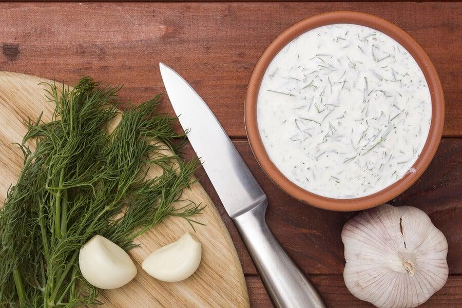 Aprende a preparar las salsas tártara y de ajo en casa