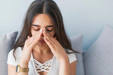 Mujer que padece sinusitis aguda