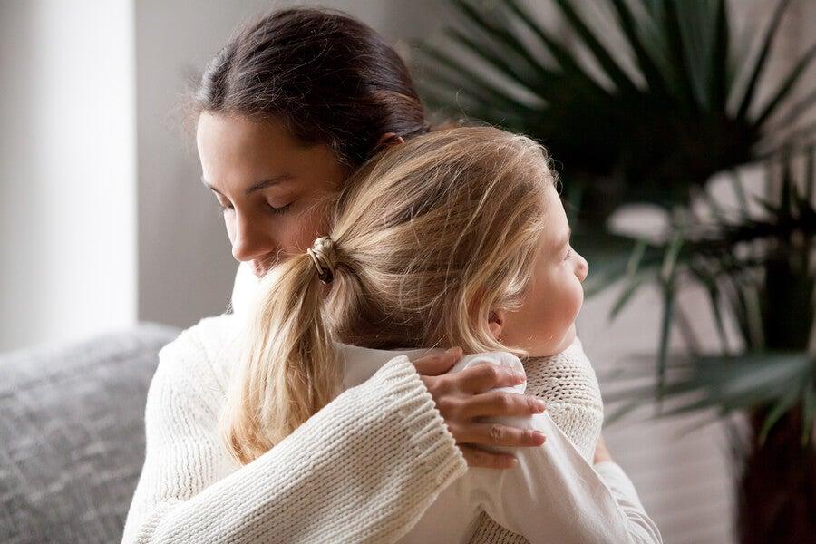 Un abrazo entre madre e hija.
