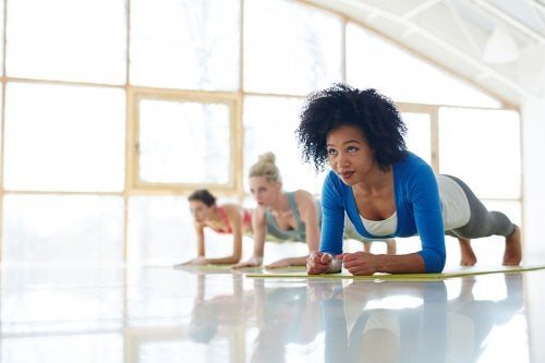 Mujeres realizando abdominales en plancha.