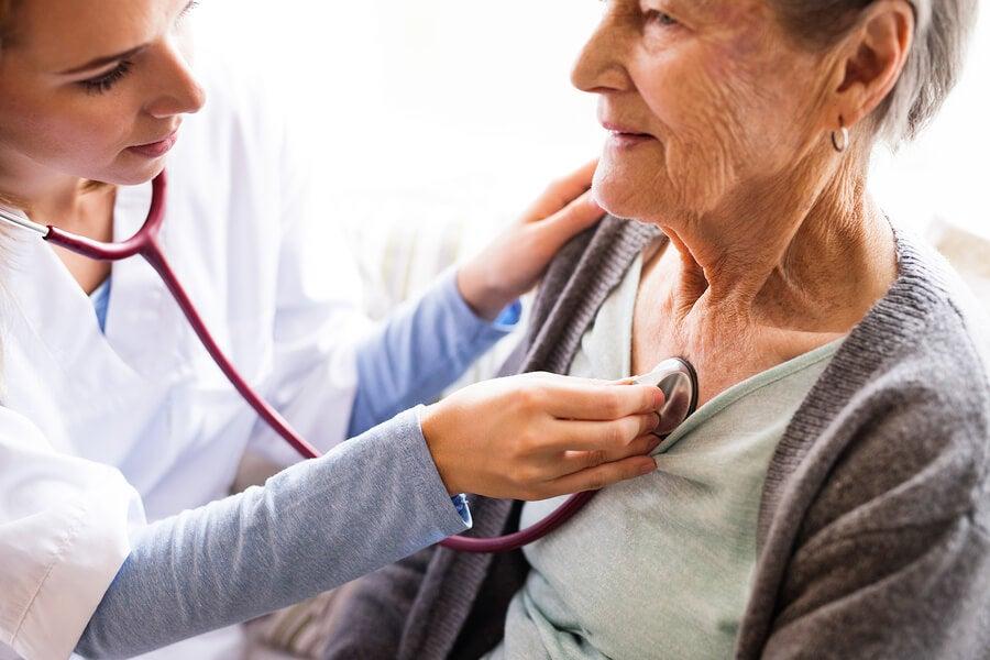 La auscultación del corazón y ritmos cardiacos es un procedimiento muy útil.