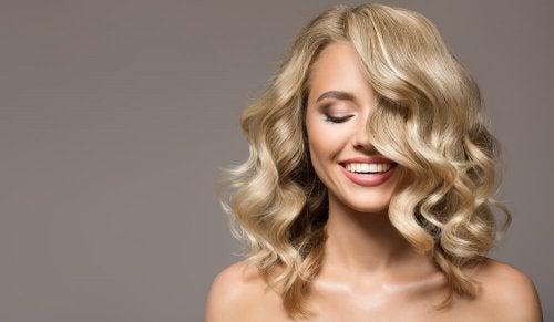 mujer con el cabello sedoso y brillante rubio