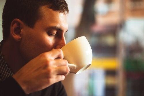 Hombre tomando una taza de café
