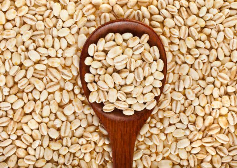 Cómo preparar un remedio con cebada contra el colesterol alto