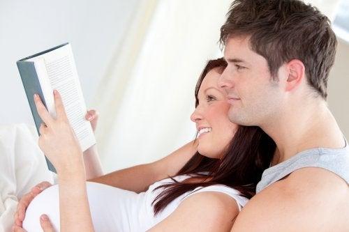 embarazada leyendo con papá