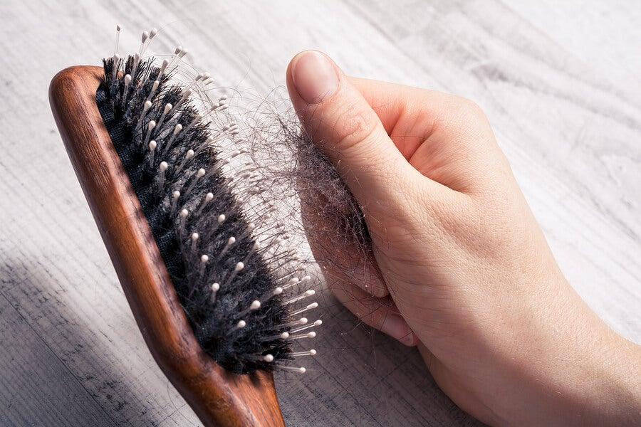 Peine con pelo, signo de una enfermedad autoinmune.