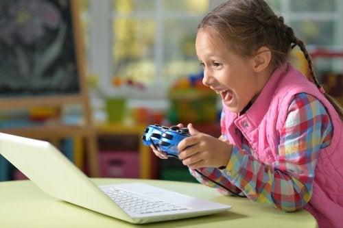 niña jugando a videojuegos con su ordenador