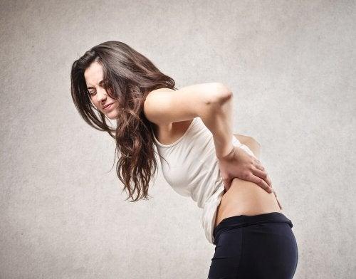 Mujer con dolores de espalda.