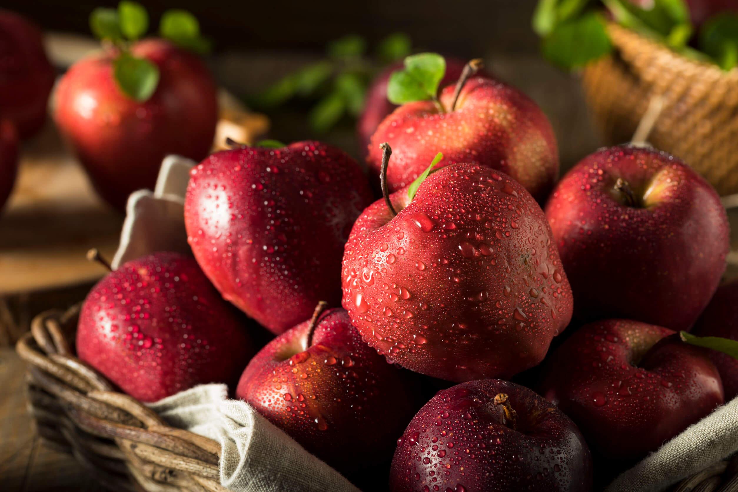 Los jugos rojos pueden hacerse con manzanas.