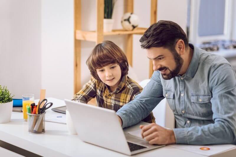 Padre ayudando a su hijo con los deberes.