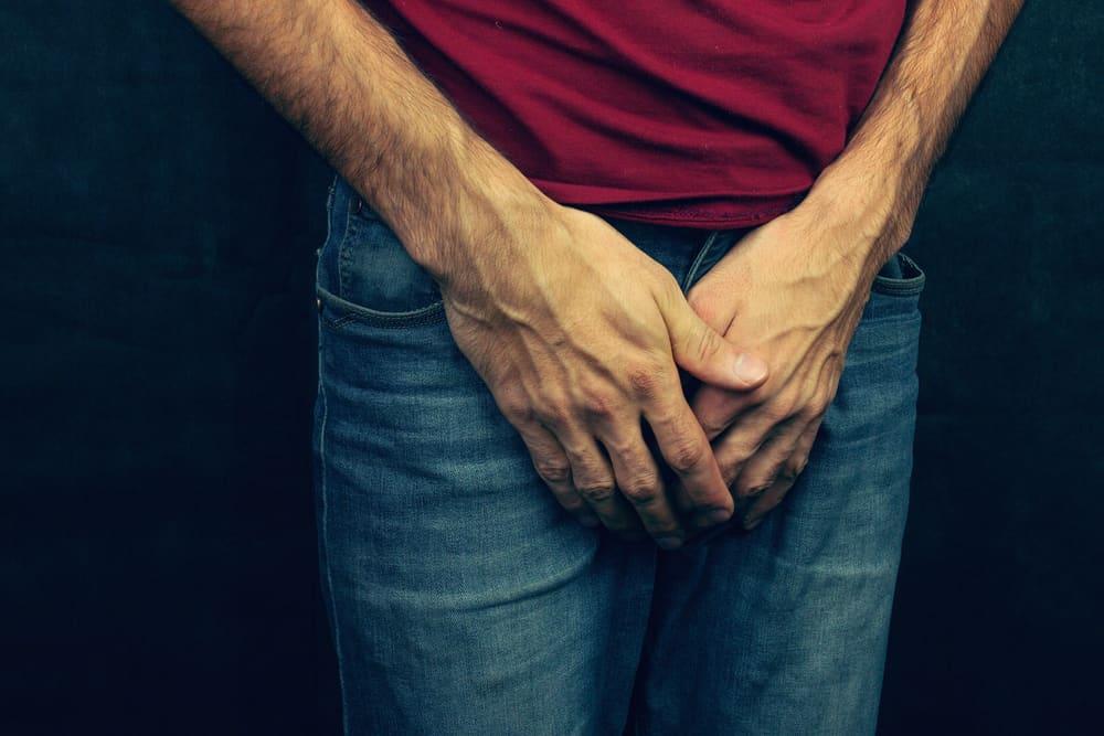Hombre con las manos en su zona íntima.