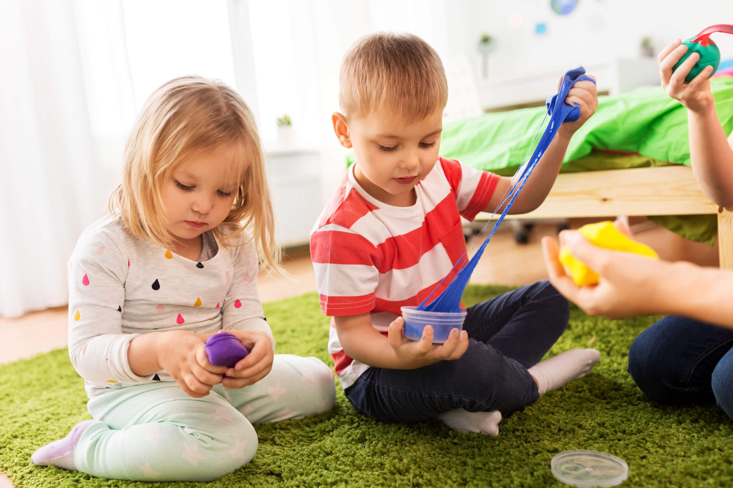 El retraso psicomotor puede afectar tareas sencillas como los juegos.