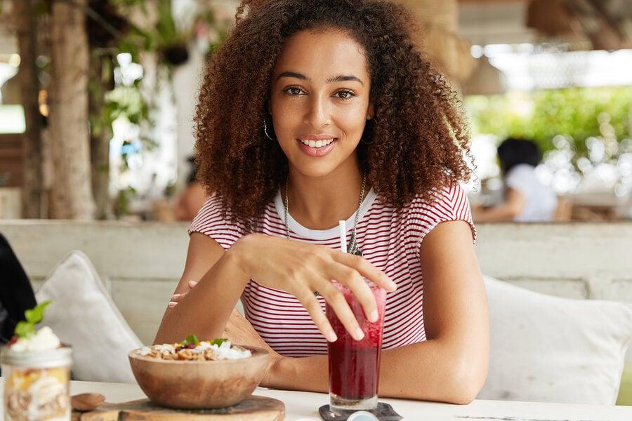 Chica disfrutando de una comida saludable.