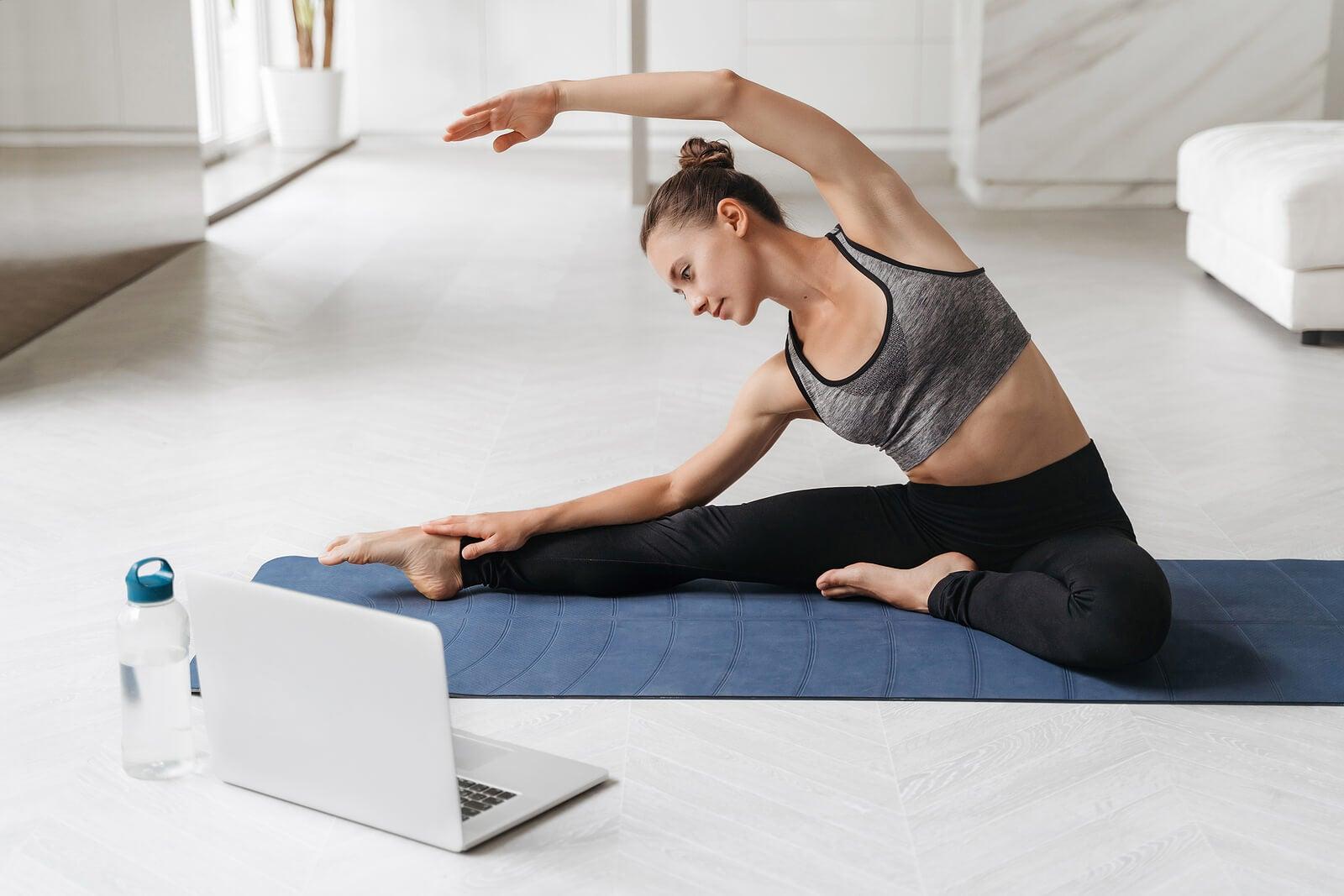 Estiramiento en manta de yoga