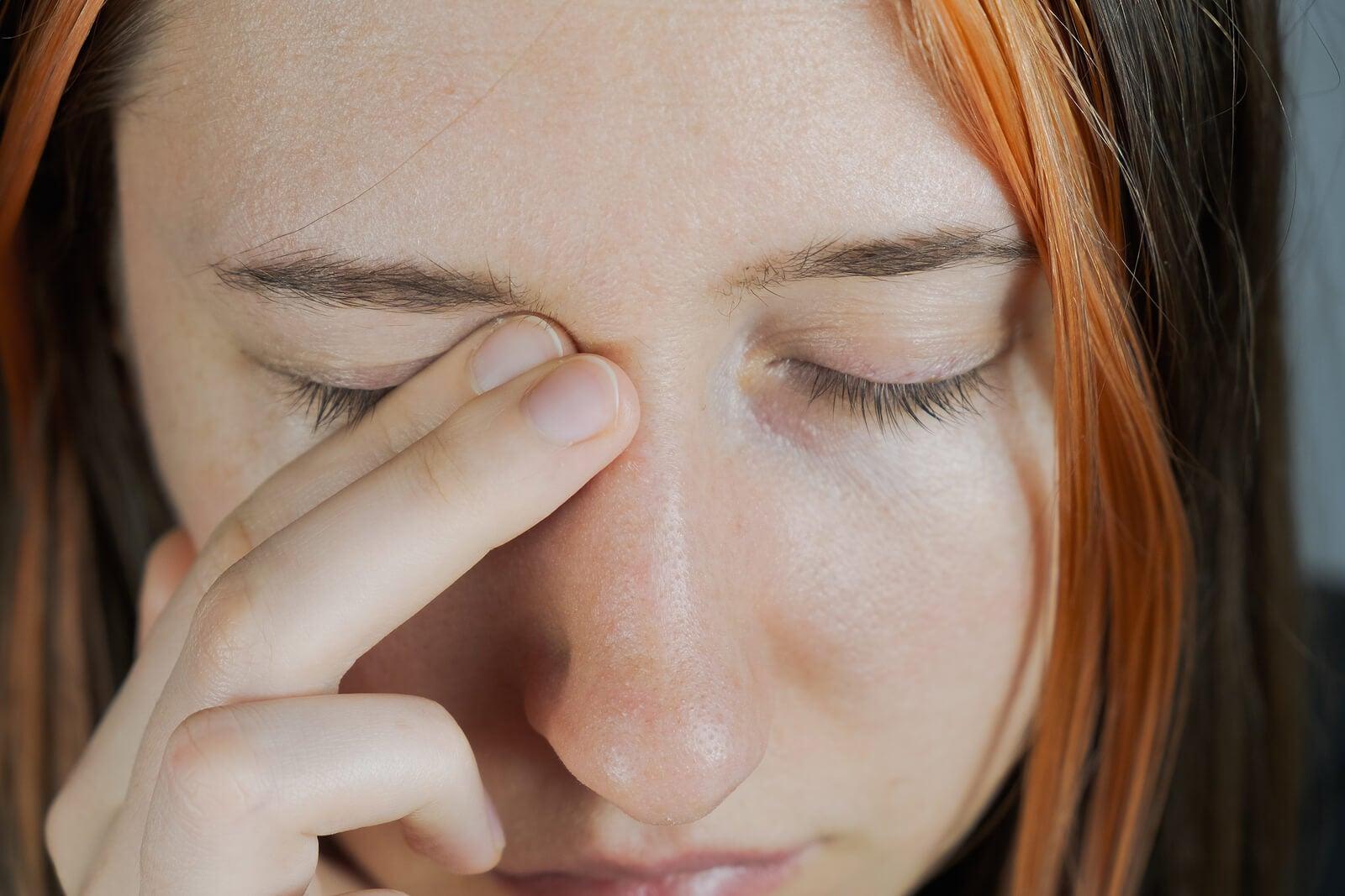 ¿Por qué sientes palpitaciones en el ojo? 5 posibles causas