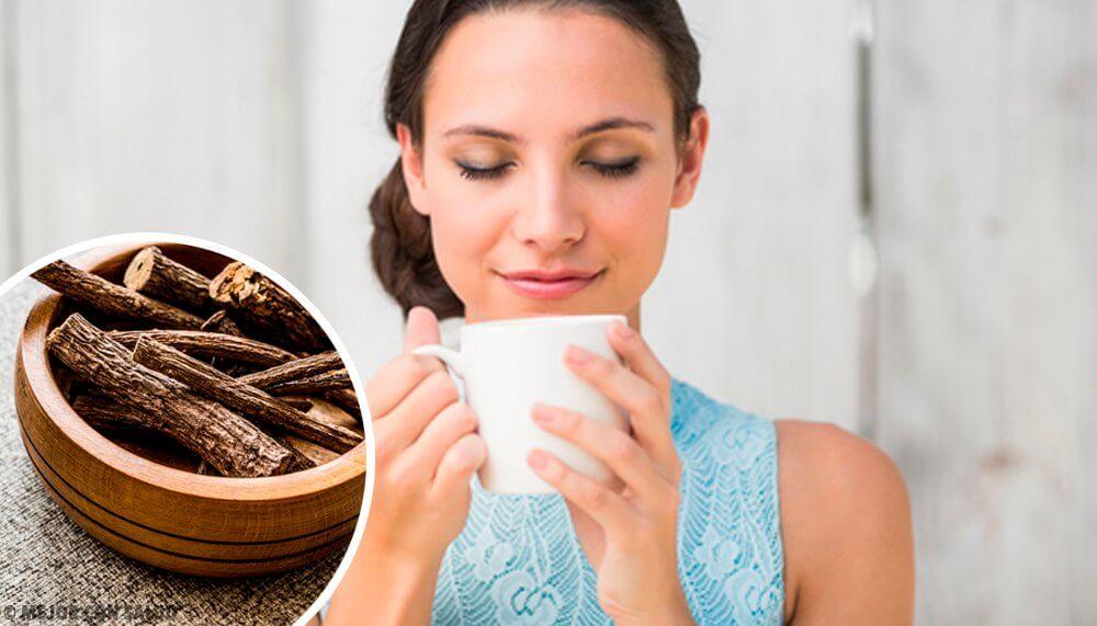 Mujer con una taza y raíz de regaliz.