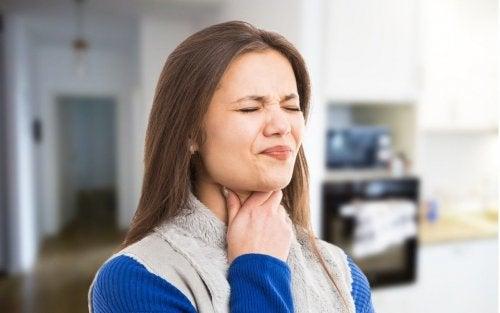 Mujer con dolor al tragar