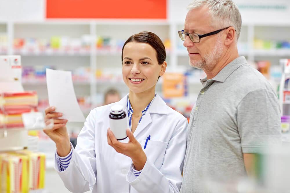 Farmaceuta vendiendo medicamentos.