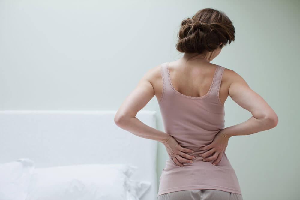 Mujer con las manos en la espalda