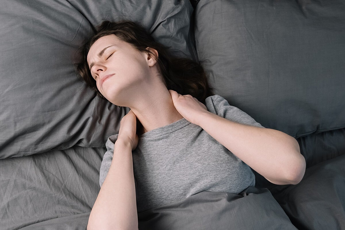 Mujer con dolor por fibromialgia