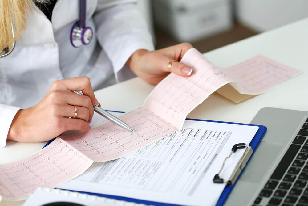 Doctora examinando los resultados del electrocardiograma.