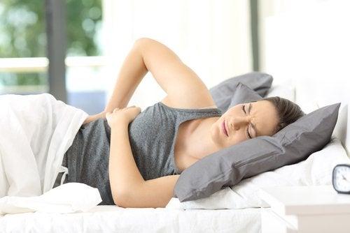 Mujer en el sofá con dolores