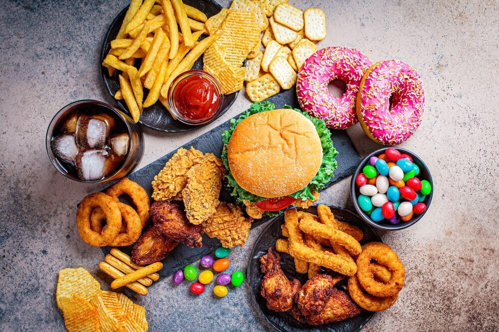 La aerofagia se relaciona con la comida chatarra.