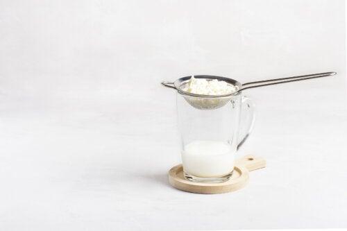 ¿Qué es el agua de kéfir? Beneficios, usos y receta