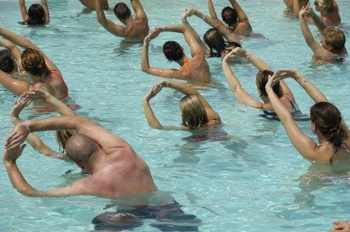 Grupo de personas haciendo aerobic en una piscina