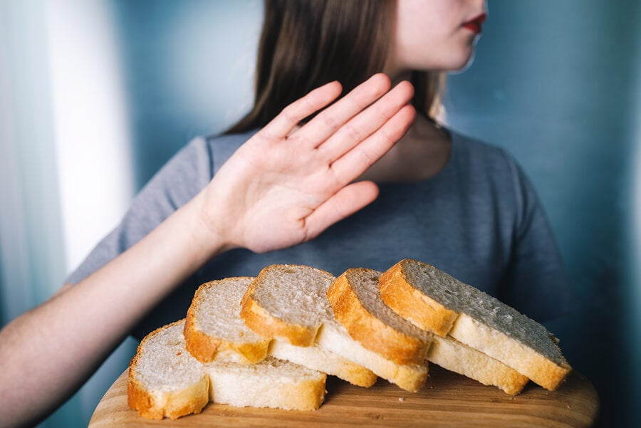 Mujer rechazando trozos de pan
