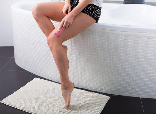 mujer depilándose
