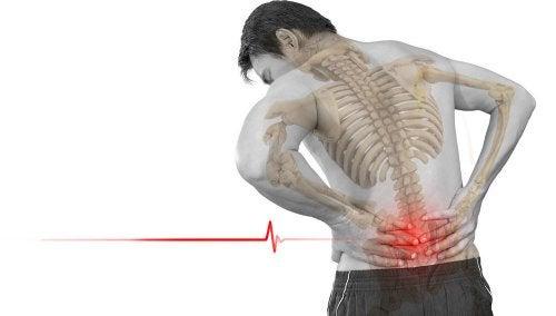Hombre con dolor en la columna vertebral por espondilolistesis