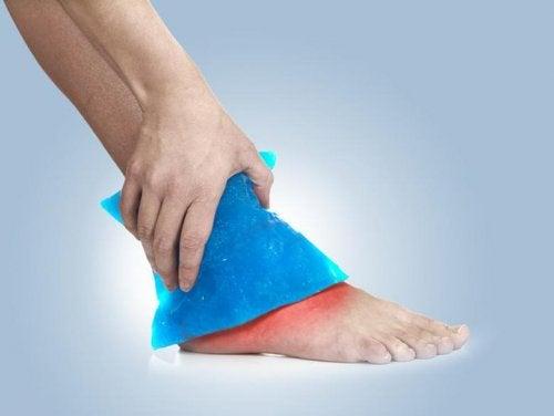 Compresa de hielo en el tobillo