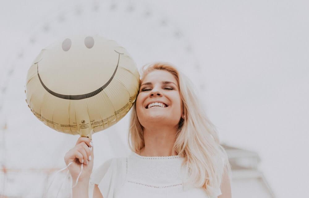 Mujer sonriendo después de una mala racha.