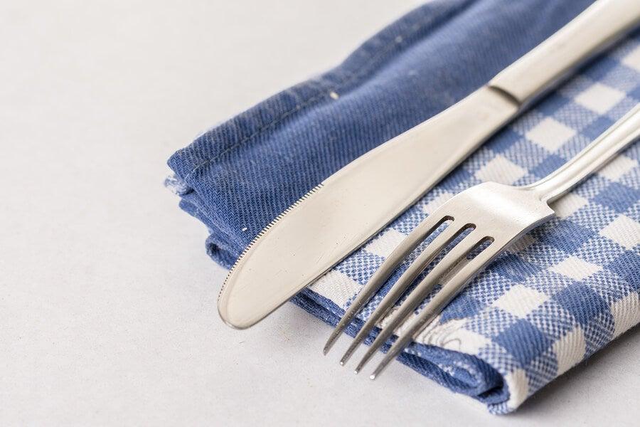 Porta cubiertos hecho a mano con paños de cocina