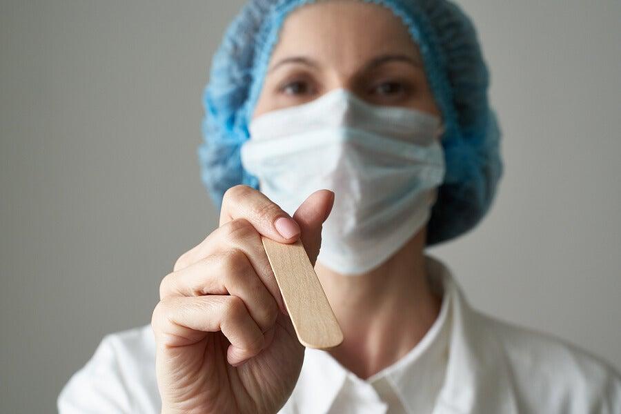 Doctora lista para examinar garganta