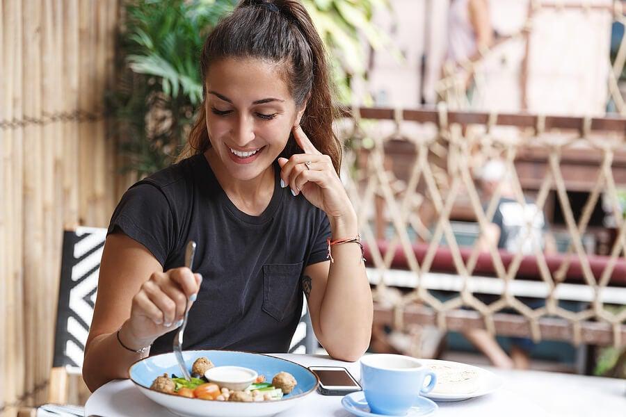 Mujer comiendo despacio.