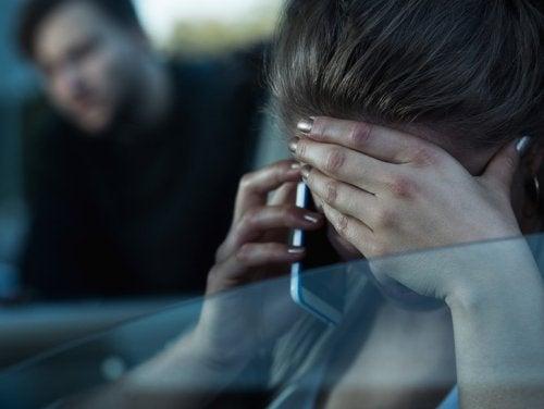 Mujer llamando al 016: denunciar a una pareja abusiva