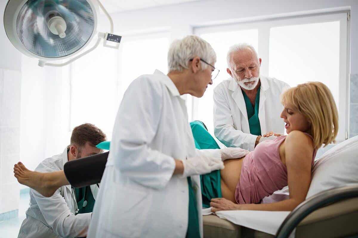 Inducción del parto en una embarazada con problemas de líquido amniótico.