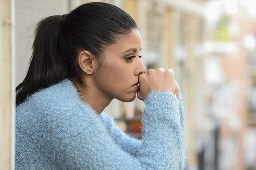 Mujer pensando en si ama a su pareja