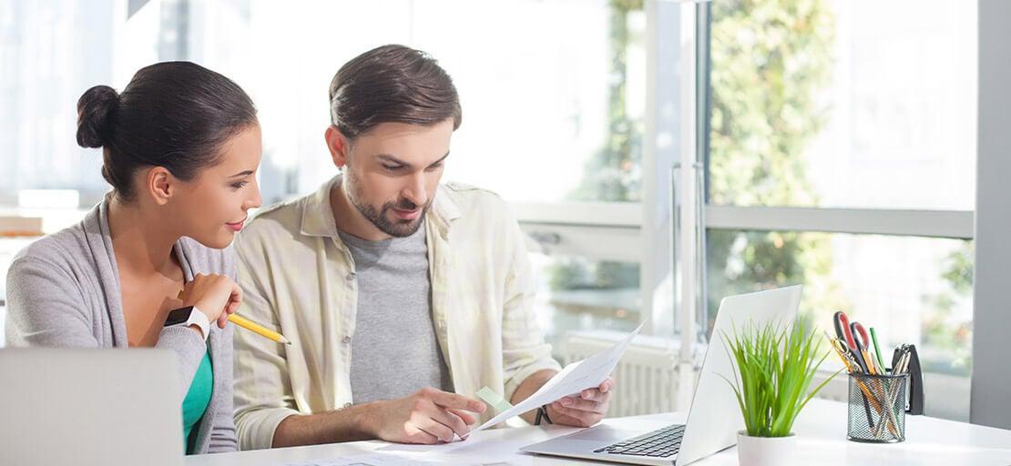 Pareja trabajando desde casa: rediseñar tu hogar para tener una relación más feliz