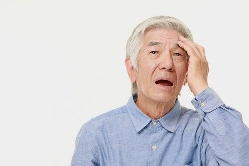 Hombre de edad avanzada con pérdida de la memoria